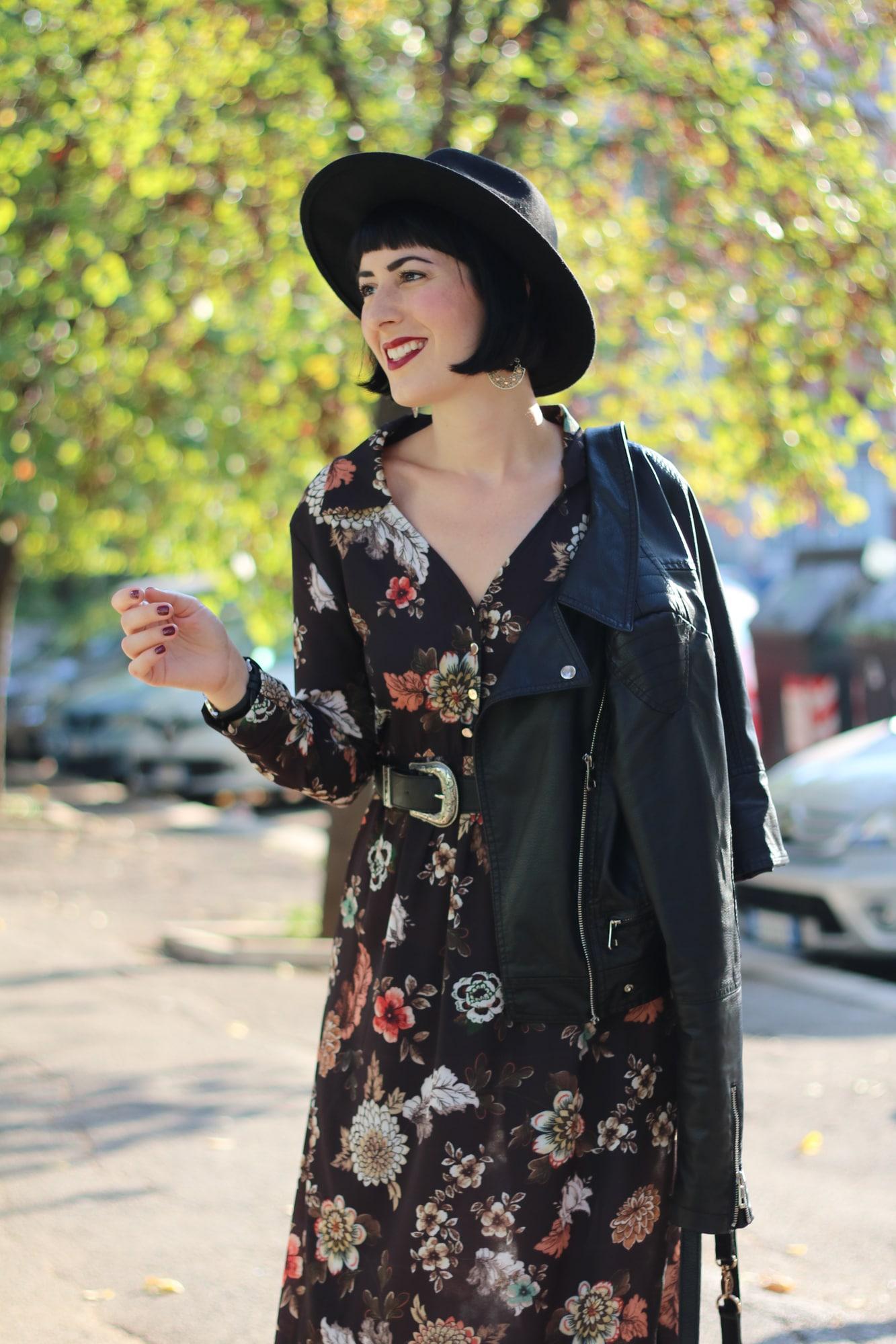 Outfit autunnale con vestito lungo a fiori firmato Nuna Lie