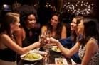 Un groupe d'amies heureuses à table