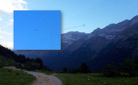 Arriba: en lo alto de los Pirineos, un objeto de forma tubular,