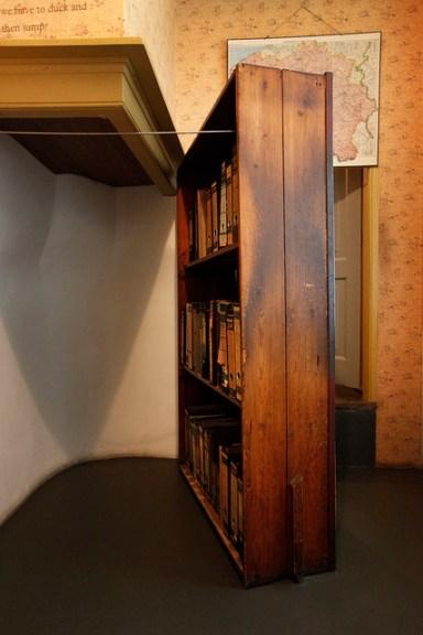 foto-casa-ana-frank-por-dentro-estantería