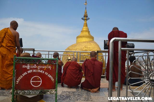 Golden-Rock-Myanmar-monjes