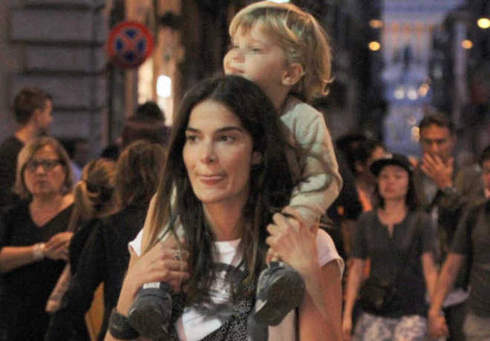 Ilaria Spada mamma a tempo pieno shopping da single a Roma con Ettore sulle spalleFoto  FOTO