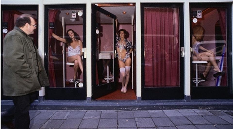 Prostitute in vetrina come ad Amsterdam nel Comune