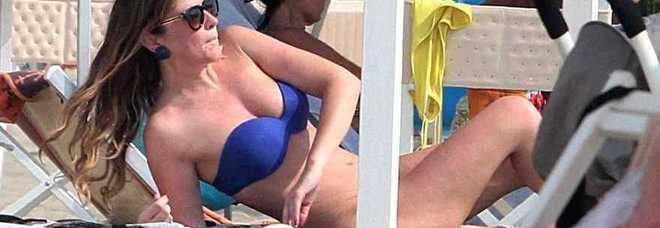 Maria Elena Boschi bikini e lato b da urlo in spiaggia  FOTO  LEGGOit