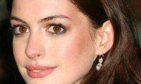 Anne Hathaway rappe contre les paparazzi