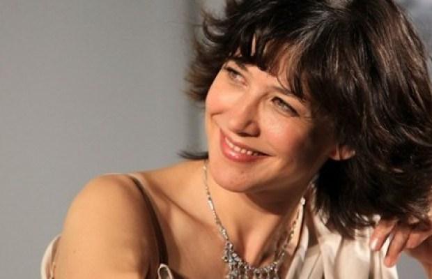 Sophie Marceau mime le bonheur dans le sud de la France