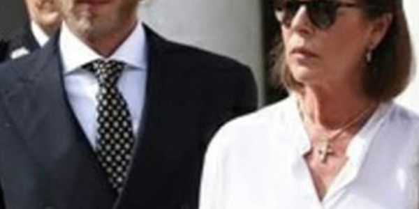 Caroline de Monaco amincie et visage fermé en public (photo)