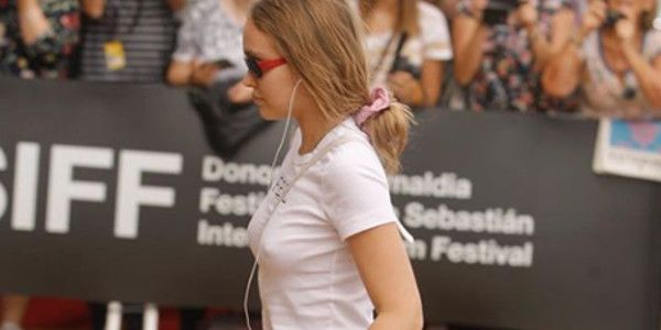 Lily-Rose Depp, a-t-elle eu recours à des implants fessiers ? (photo)