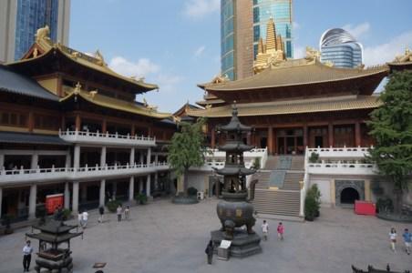 La cour du temple, et derrière les buildings de Shanghai