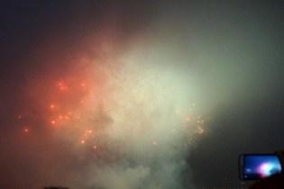 Tirer un feu d'artifice dans les nuages