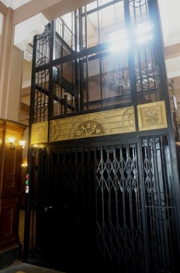 """Ascenseur dans un """"hôtel"""" sur """"Nanjing Lu""""."""