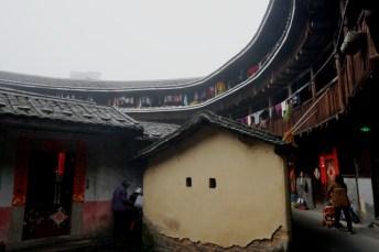 Scène de la vie quotidienne dans un tulou à Chuxi