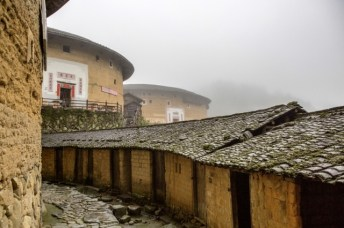 Le village au matin dans la brume