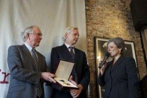 """""""Assange est très attaché à ses principes et doté d'un courage énorme"""". -- Mary KOSTAKIDIS"""