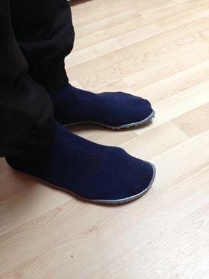 Des pieds pointures 47 souffrant d'hallux valgus enfin à l'aise dans des sneakers bleus !