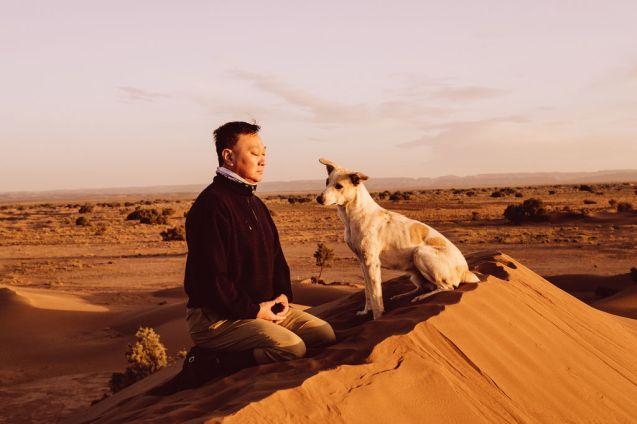 Xiomara Bender: Richard Kong Meditiert zum Sonnenuntergang mit Max © Xiomara Bender