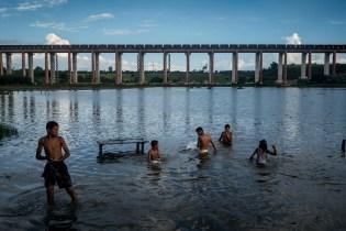 Kinder aus dem Dorf Piquiá de Baixo, in dem extreme Armut herrscht (Bundesstaat Maranhão). Die Brücke für ein zweites Bahngleis befindet sich derzeit im Bau.