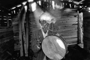 Greece,Epirus, Parakalamos. A gipsy musician. ©Nikos Economopoulos-Magnum