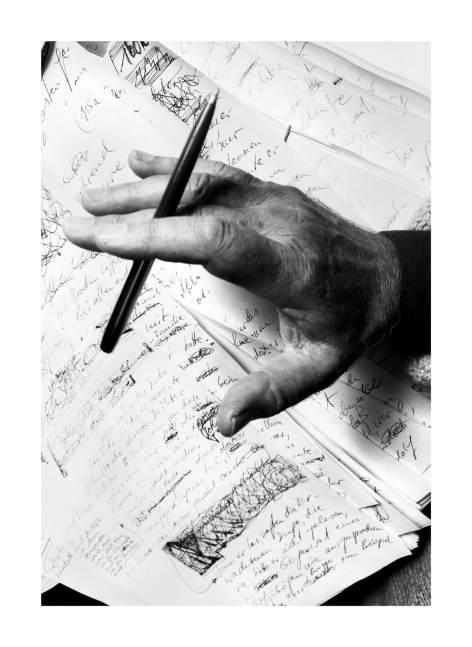 Die Hände des Schriftstellers Ernst Jünger (1895–1998), die Koelbl im Jahr vor seinem Tod fotografierte, aus der Serie Im Schreiben zu Haus. Wie Schriftsteller zu Werke gehen (1998)