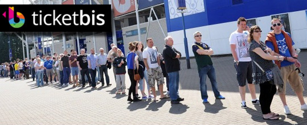 PICTURE ALEX HANNAM - Leicester fans queue for tickets to the play offs - STORY