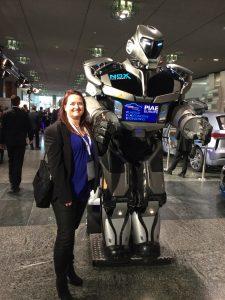 Marketingaktion auf der PIAE - Roboter interagiert mit Fachbesuchern