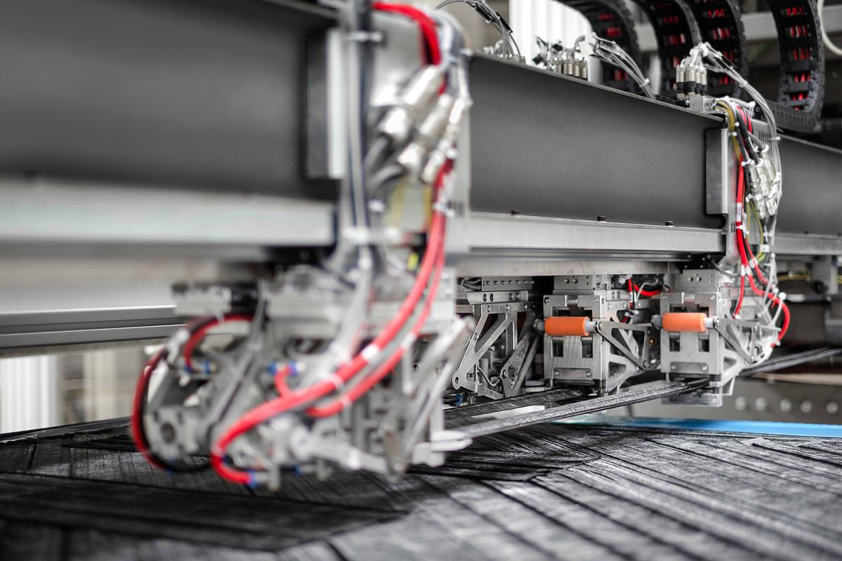 Das Herzstück der Serienfertigung für die CFK-Rückwand ist der Voit Roving Applicator. (Quelle: Voith)