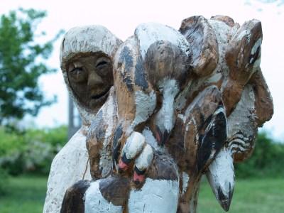 Fanger med grønlandske fugle skåret i træ og malet, ca 50 cm