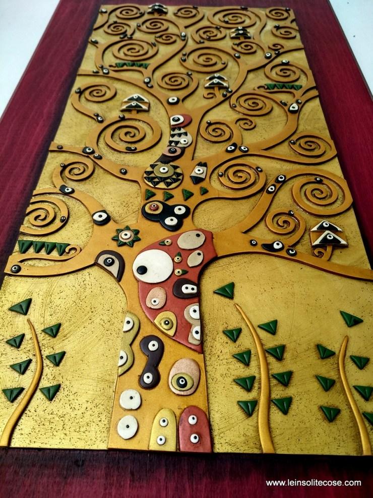Quadro Albero della Vita di Klimt Artigianale. Un disegno in rilievo su una struttura in legno.