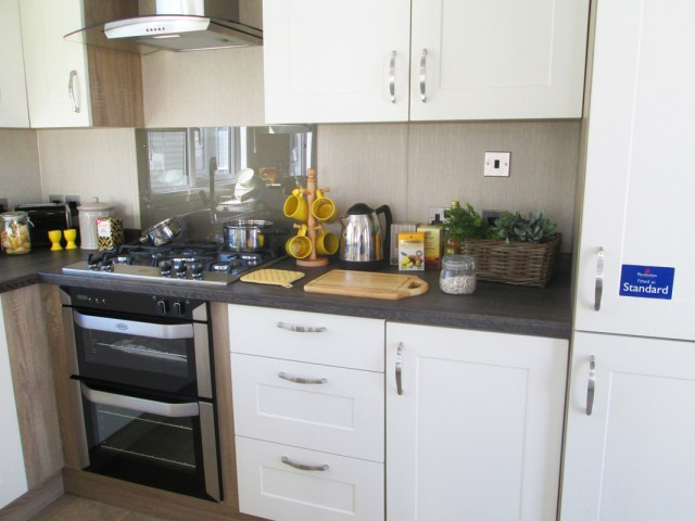 Pemberton Serena Kitchen Cooker and Cabinets