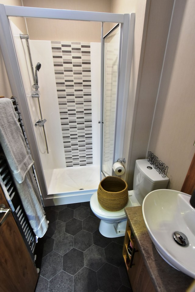 2019 Willerby Waverley lodge bathroom