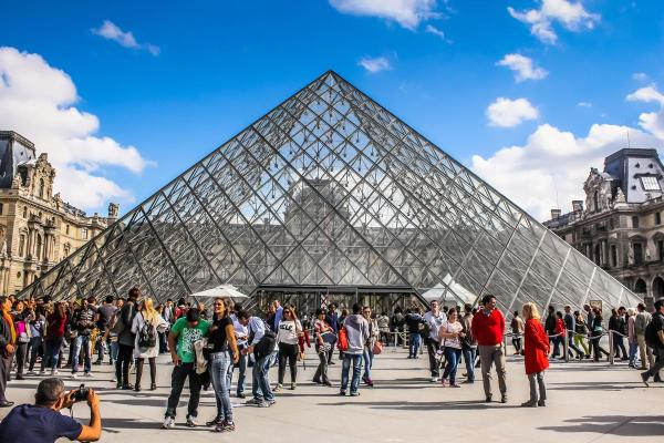 Louvre Reopens Overcrowding Forces Museum Closure