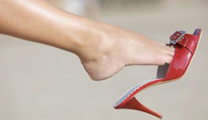 Chirurgia plastica ai piedi per indossare i tacchi alti follia o no  LEITV