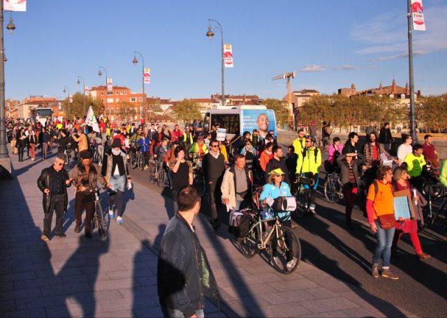 Sous le soleil, piétons et cyclistes ont défilé sur le Pont-Neuf. Crédit : Valentin Grezet