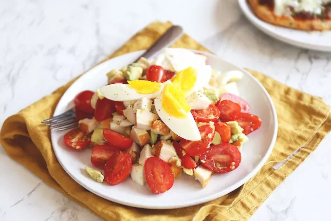 "Salad with chicken, avocado and egg"" width = ""680"" height = ""454"" /> </strong data-recalc-dims="