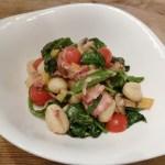 Gnocchi met spekjes, courgette, sugar snaps en spinazie in een saus van geitenkaas