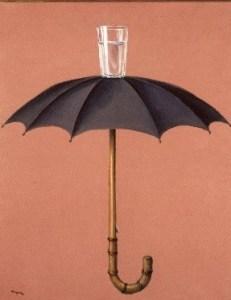 un parapluie ouvert avec au-dessus un verre rempli d'eau