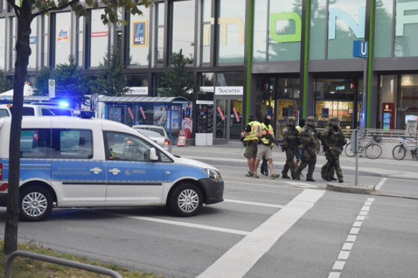 Policemen with special equipment arriving at the shopping centre in which a shooting was reported, Munich, Germany, 22 July 2016. After a shootout in the Olympia shopping centre in Munich, injuries and possible deaths were reported by the police. The situation is still unclear. PHOTO: FELIX HOERHAGER/dpa - NO WIRE SERVICE -