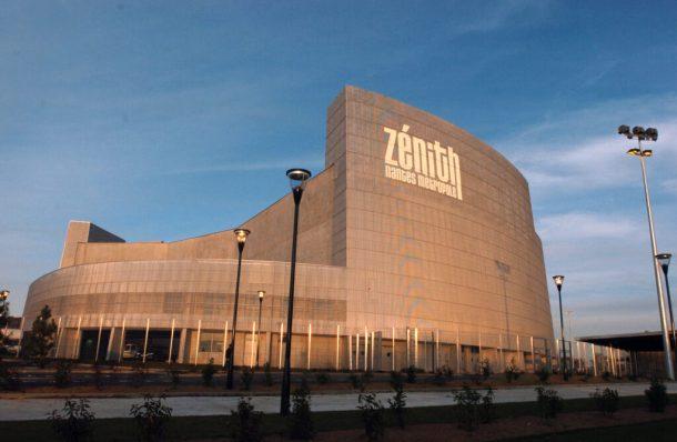 Vue prise le 24 novembre 2006 du Zenith de Nantes, le plus grand de province avec une capacité d'accueil de 8.500 places et un budget de plus de 34 millions d'euros. Les architectes parisiens Philippe Chaix et Jean-Paul Morel, qui ont déjà oeuvré pour les Zénith de la Villette, de Montpellier et de Dijon, ont créé ce Zénith en forme de ruche ovale très modulable qui permet de mettre le dernier rang du public à 57 mètres seulement de la scène. Pendant une semaine se succèderont les concerts inauguraux du Zénith nantais avec le 2 décembre pour un premier concert rassemblant 80 artistes et musiciens de la scène nantaise avant d'accueillir le 4 décembre le groupe Placebo, le 7 Jean-Louis Aubert et Cali ou encore le 9 décembre Patrick Bruel, Francis Cabrel et Laurent Voulzy. AFP PHOTO FRANK PERRY