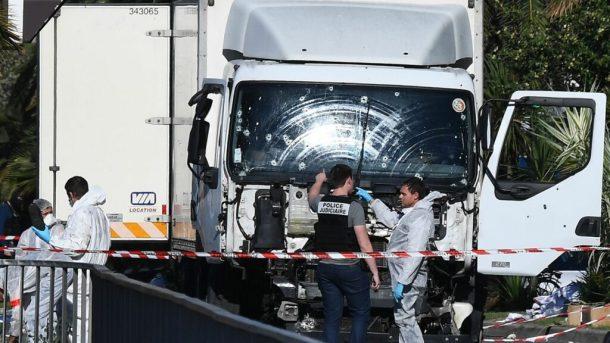 enqueteurs-et-experts-le-15-juillet-206-a-nice-devant-le-camion-qui-a-fonce-dans-la-foule-tuant-84-personnes_5638161