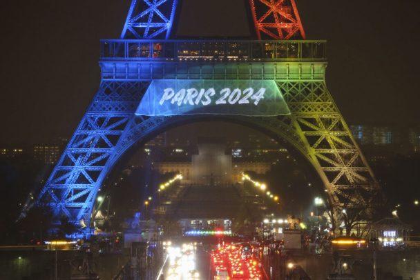 Tour Eiffel eclaire aux couleurs des JO Paris 2024