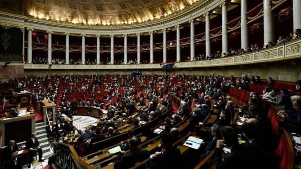 General view shows members of Parliament attending a session of questions to the government at the National Assembly in Paris on January 23, 2018. / AFP PHOTO / Philippe LOPEZ