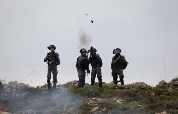 soldats_israeliens_lancent_grenades_lacrymogenes_frontiere_entre_gaza_israel_vendredi_30_mars