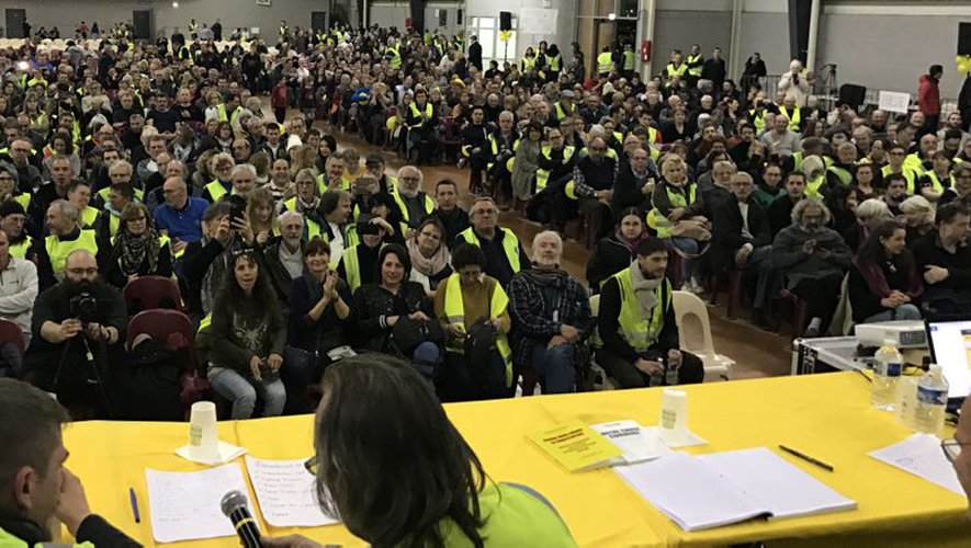 2 000 personnes à la conférence des #GiletsJaunes