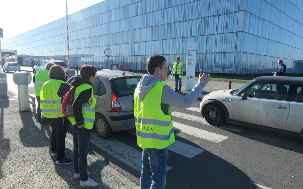 Les #GiletsJaunes ont rendu le parking de l'hôpital gratuit !