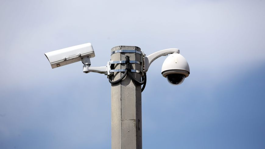 2 hommes interpellés pour avoir découpé à la disqueuse un poteau avec une caméra de surveillance