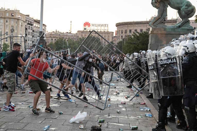 La Serbie renonce au reconfinement de Belgrade après deux nuits d'émeutes