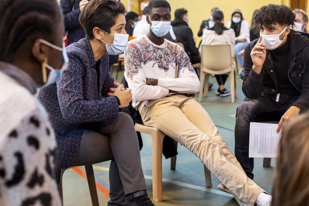Poitiers : dialogue de sourd entre les jeunes et leur secrétaire d'État Sarah El Haïry