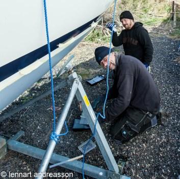 Bosse och Björn jobbar med kundbåt
