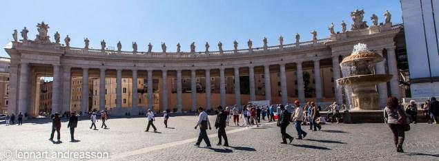 På riktmärke på Petrusplatsen, alla kolonner bakom varandra