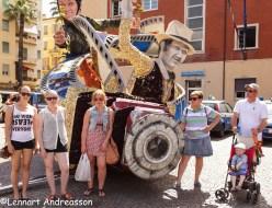 Familjen samlad framför en av vagnarna